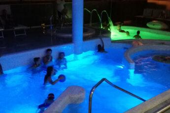 Bagno notturno nella piscina riscaldata